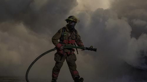 Incendiu masiv în oraşul Sankt-Petersburg. Un pompier a murit
