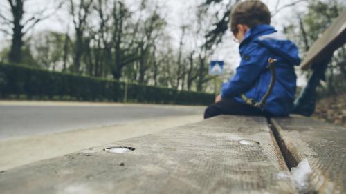 Zeci de mii de copii români au ambii părinți plecați la muncă în străinătate