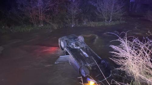 Accident în Bistrița. Doi tineri au fost salvați din râu