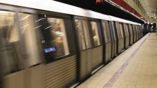 Una dintre căile de acces de la staţia de metrou Mihai Bravu, închisă de azi