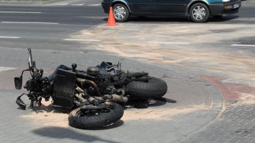 Un motociclist a murit după ce a fost lovit de o maşină, în județul Prahova