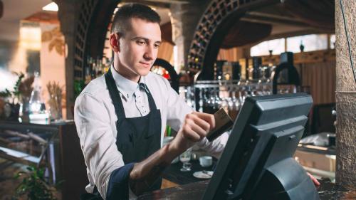Polonia redeschide restaurantele şi barurile la exterior şi relaxează obligativitatea purtării măştii