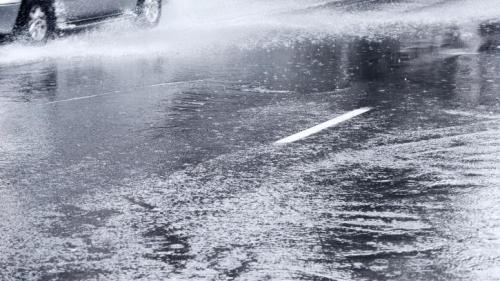 VIDEO: Cod portocaliu de ploi și grindină în Capitală. Mai multe străzi și bulevarde au fost inundate