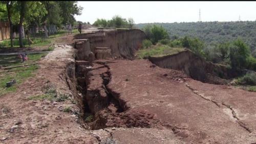 O alunecare de teren s-a produs într-un sat din Vâlcea. Patru gospodării sunt în pericol