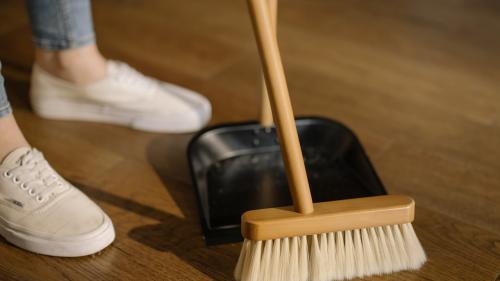 Soluții rapide pentru curățarea podelelor din casă