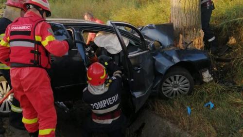 Accident grav în Bacău: Treimorți și un rănit, după ce o mașină a intrat într-un copac