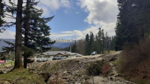 Un traseu montan din Dâmbovița a fost închis după ruperea mai multor podețe