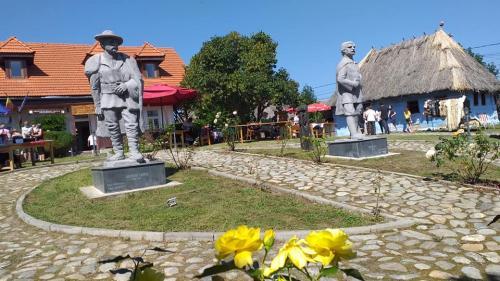 Invitație la degustare din cultura tradițională, în curte la Badea Cârțan